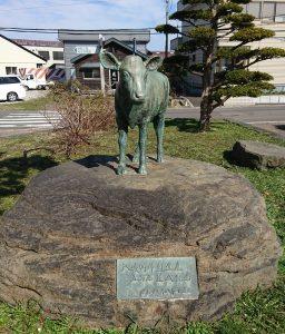 役場前にある子牛の銅像